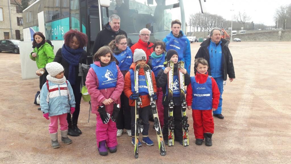les enfants de l'ERS  (ÉCOLE ROANNAIS DE SPORT) au départ des mercredis neige du Ski Club Roannais - Remise des skis aux enfants par la ville ROANNE